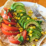 keto ontbijt met avocado en tomaat